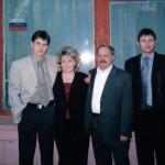 Пономарёвы Людмила,Сергей(в центре)